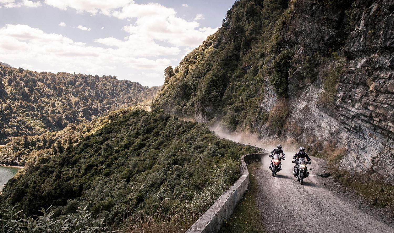 motociclistas recorriendo Nueva Zelanda